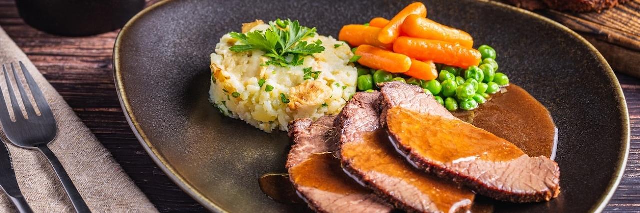 Бавно готвено говеждо със зеленчуци