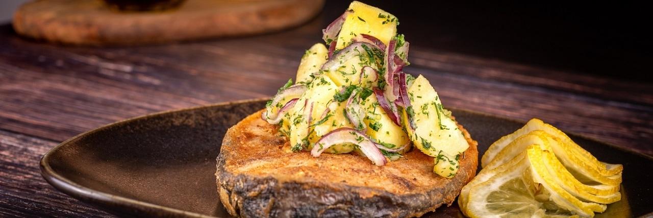 Рецепта за пържен шаран с гарнитура картофена салата