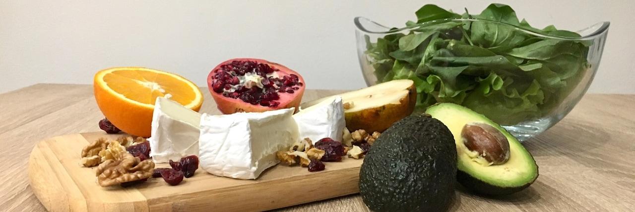 Салата от спанак със сирене и плодове