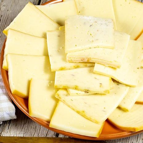 Halbfester Schnittkäse auf Käseplatten