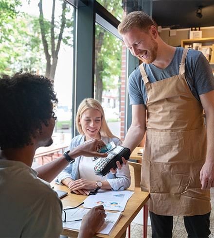 Le paiement sans contact dans un restaurant