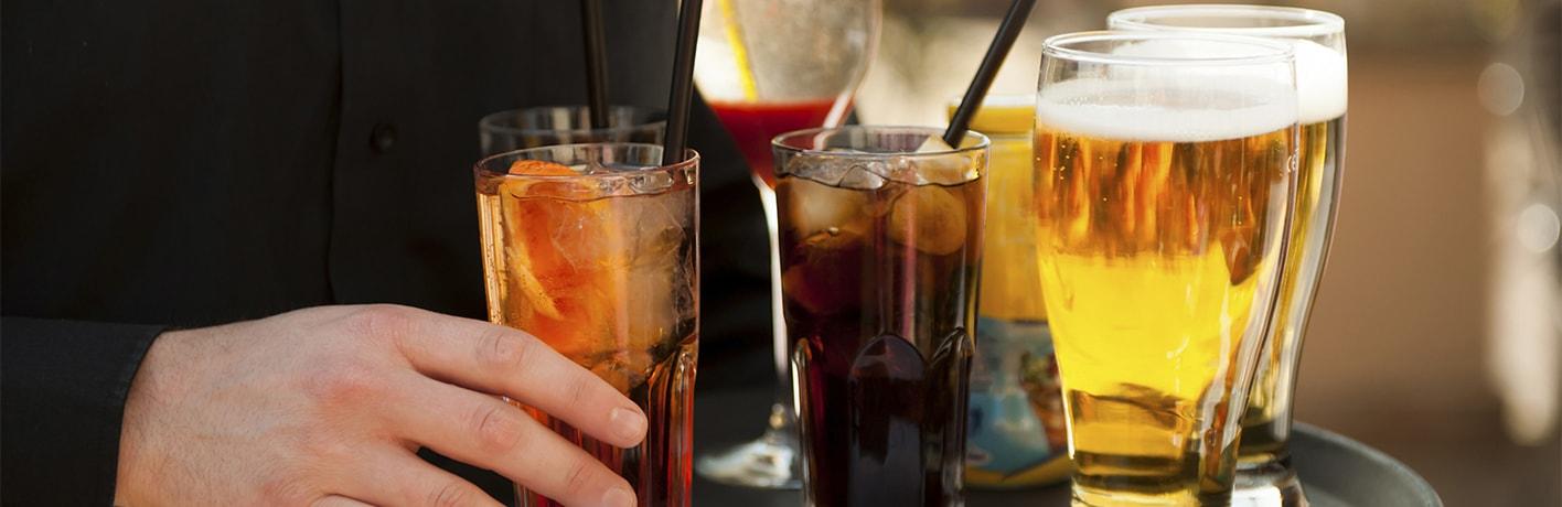 Bières pression, verre de soda et boissons fruitées