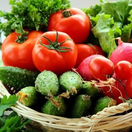 Legume proaspete Moldova - cos cu salata, tomate, castraveti