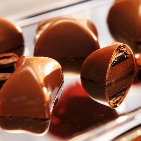 Bucati de ciocolata pe vesela din metal reduceri si promotii la dulciuri
