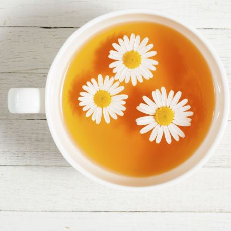 Ceai de romanita in vesela horeca alba din portelan