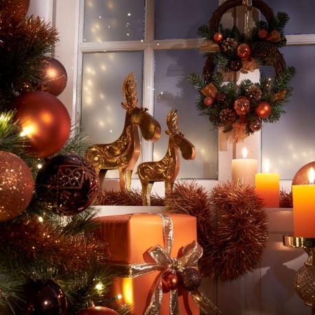 Decor de Craciun - brad cu globuri, cadouri de craciun, coronite pentru geam, decoratiuni masa - lumanari