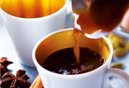 cafea rioba turnata in vesela horeca langa condimente - anison