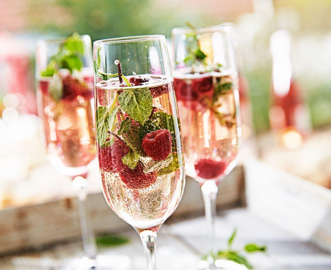 cricova vin spumant sec cu fructe in pahare de vin